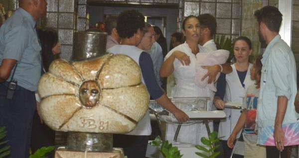 Ivete Sangalo deixa a maternidade com marido e as gêmeas
