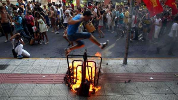 Manifestantes voltam às ruas contra aumento da tarifa de ônibus em Belém