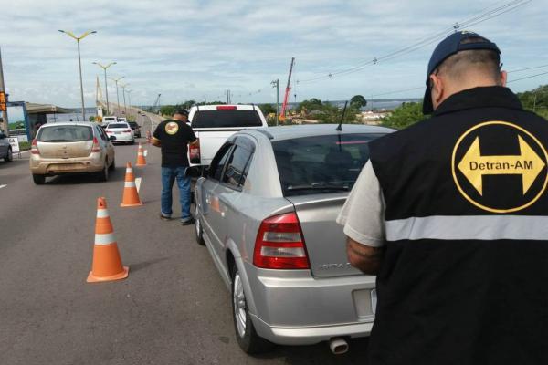 Mais de 50 motoristas são autuados pelo Detran-AM na ponte Rio Negro