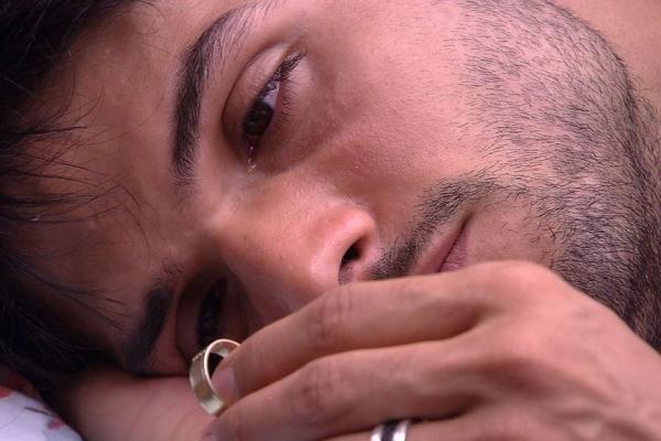 BBB18: deitado na cama com Jéssica, Lucas tira a aliança e chora