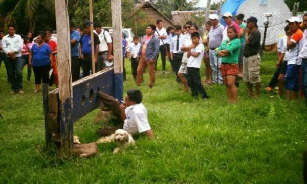 Prefeito é amarrado e torturado por não cumprir promessas, na Bolívia