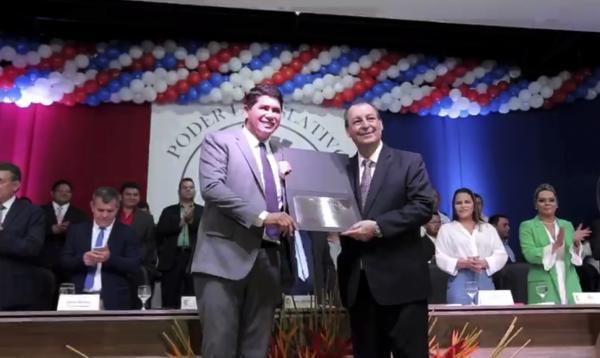 Senador Omar Aziz é homenageado com o título de cidadão Parintinense