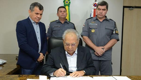 Amazonino Mendes assina promoção de mais de 2 mil policiais militares