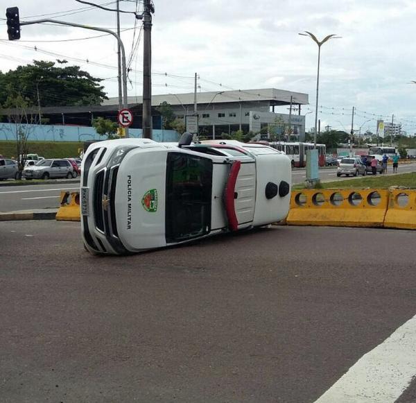 Policiais ficam feridos após viatura capotar na Zona Centro-Oeste de Manaus