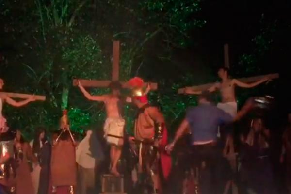 Homem invade palco e agride 'soldado' para 'salvar' Jesus