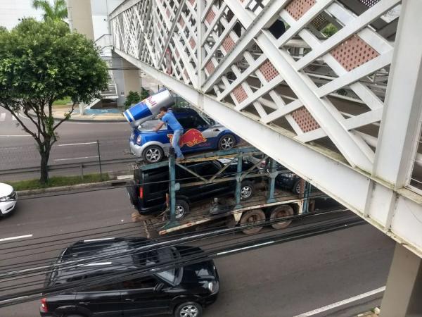 'Lata' de Red Bull faz caminhão cegonha ficar preso em passarela na Ponta Negra