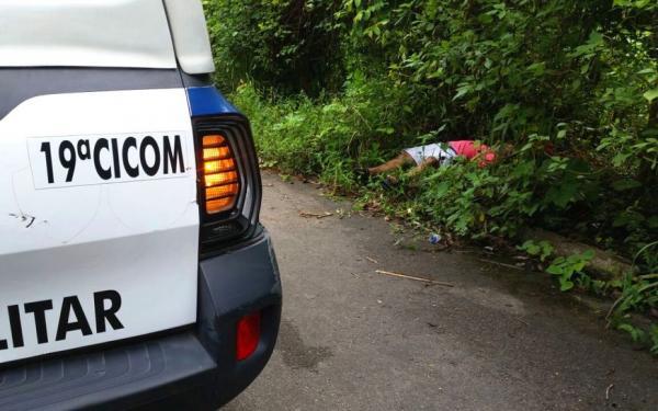 Corpo de homem é encontrado com marcas de tiros na face e no olho em Manaus