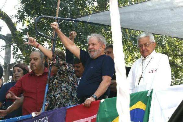 Após 40 horas, Lula deixa Sindicato dos Metalúrgicos e deve ir para prisão