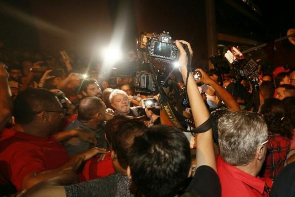 Preso: ex-presidente Lula se entrega à Polícia Federal