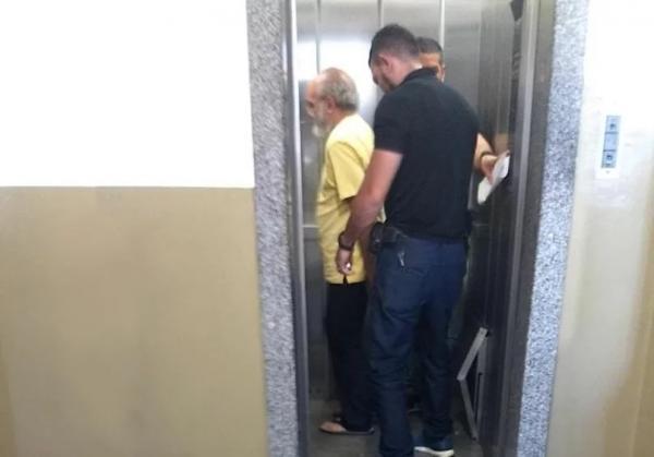 José Melo é flagrado barbado, magro e de chinelo, indo pra audiência criminal
