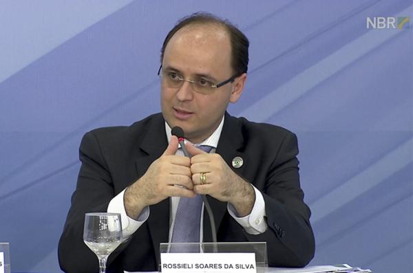 Rossieli Soares toma posse como novo ministro da Educação