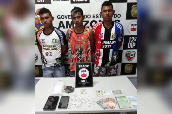 Três irmãos são presos com drogas em casa usada como boca de fumo na zona Leste