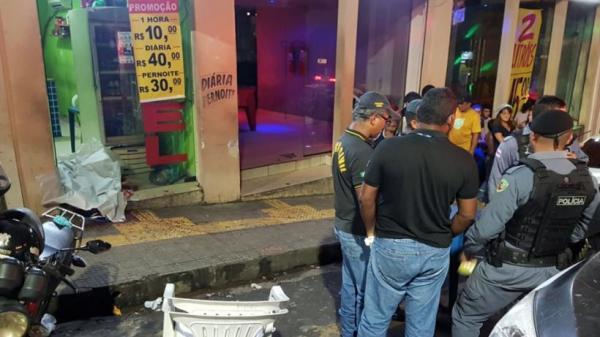 Homem é executado a tiros em frente ao Remulos Club