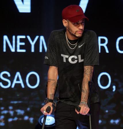 Dois meses após cirurgia, Neymar embarca para Paris nesta quinta-feira