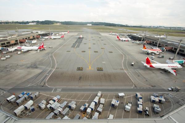 Mulher é presa após perder voo, invadir pista e forçar avião a parar no aeroporto de Guarulhos