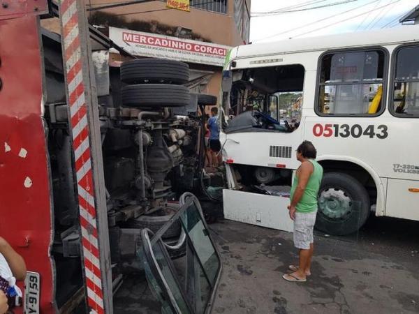 Colisão entre caminhão e ônibus deixa motorista preso nas ferragens em Manaus
