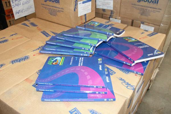 Mais de 4,5 mil livros serão entregues a alunos da rede municipal