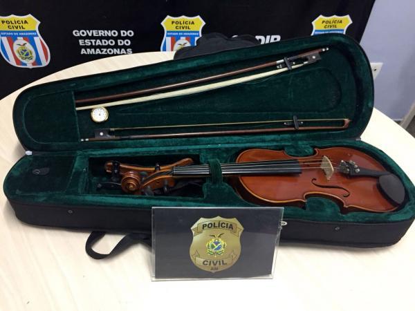 Polícia recupera violino roubado e prende comerciante que tentou vender o objeto na OLX