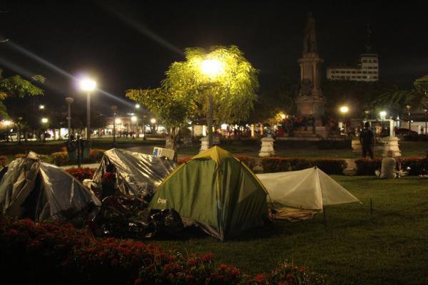 Imigrantes estão morando em acampamento em praça no centro de Manaus