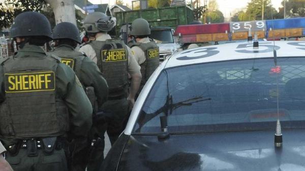 Atirador é detido em escola na Califórnia; outra pode estar sob ataque