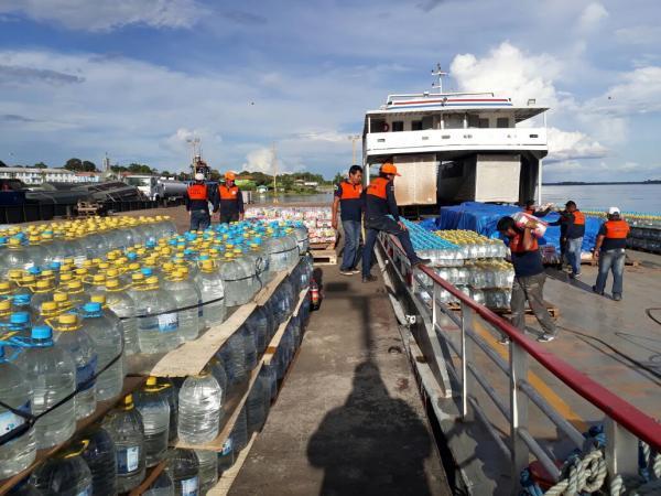 Balsa com ajuda humanitária chega a Santa Isabel do Rio Negro
