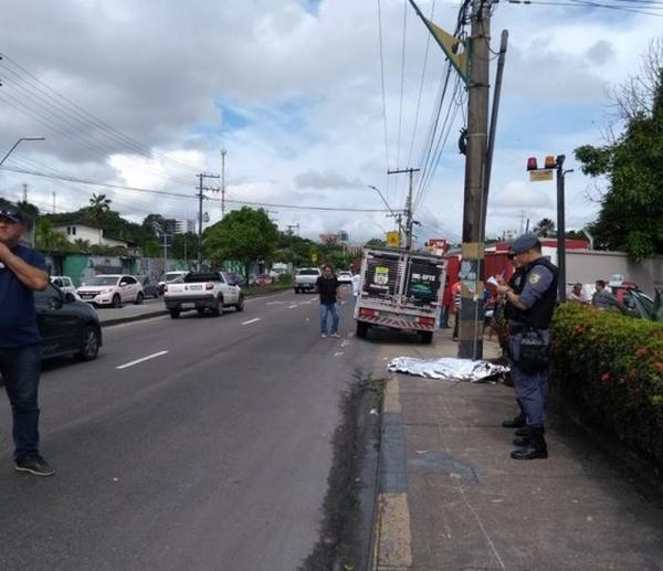 Em Manaus, motociclista morre após bater em poste na Av. Efigênio Salles
