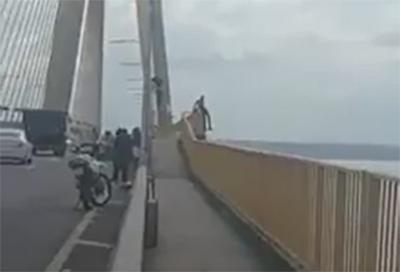Homem tenta suicídio na Ponte Rio Negro