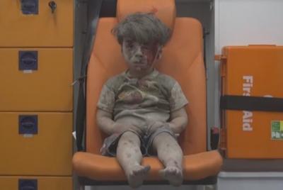 Resgate chocante de uma criança após ataque na Síria
