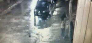 Vídeo flagra homem jogando corpo de criança em rio