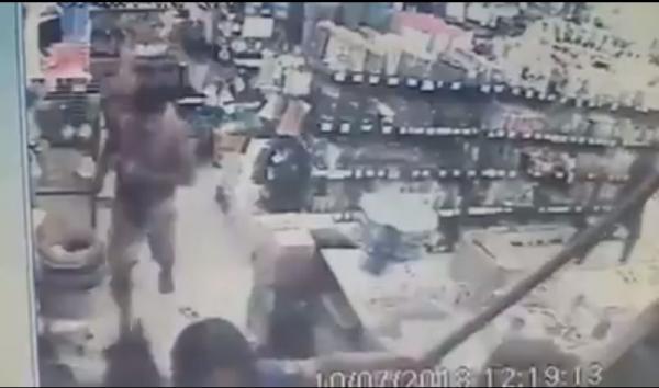 Vídeo mostra momento em que mulher é perseguida e morta, após briga no centro de Manaus.