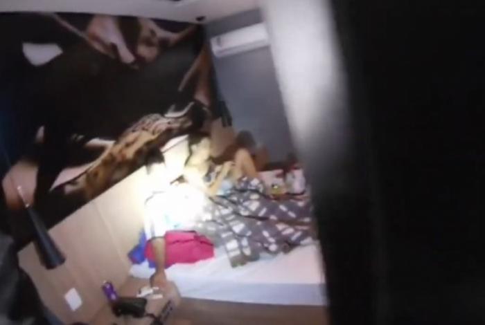 Líder de facção criminosa é preso em cama de motel com a namorada