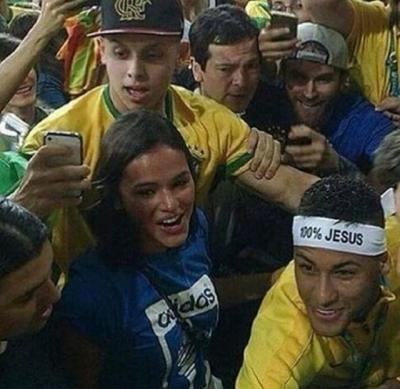 Neymar corre, abarça e beija Bruna Marquezine após jogo
