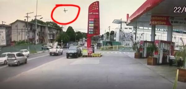 Vídeo mostra avião caindo em Manaus.