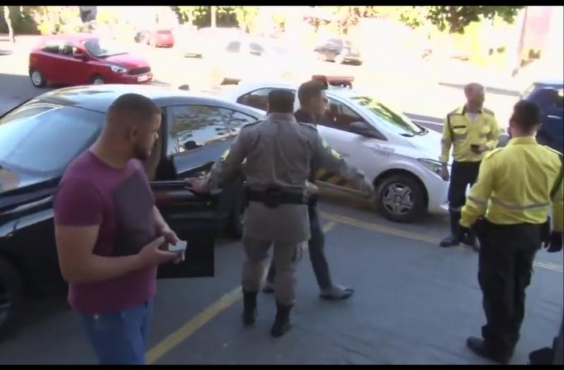 Felipe Araújo é flagrado por agentes de trânsito dormindo dentro de carro no meio da rua de Goiânia
