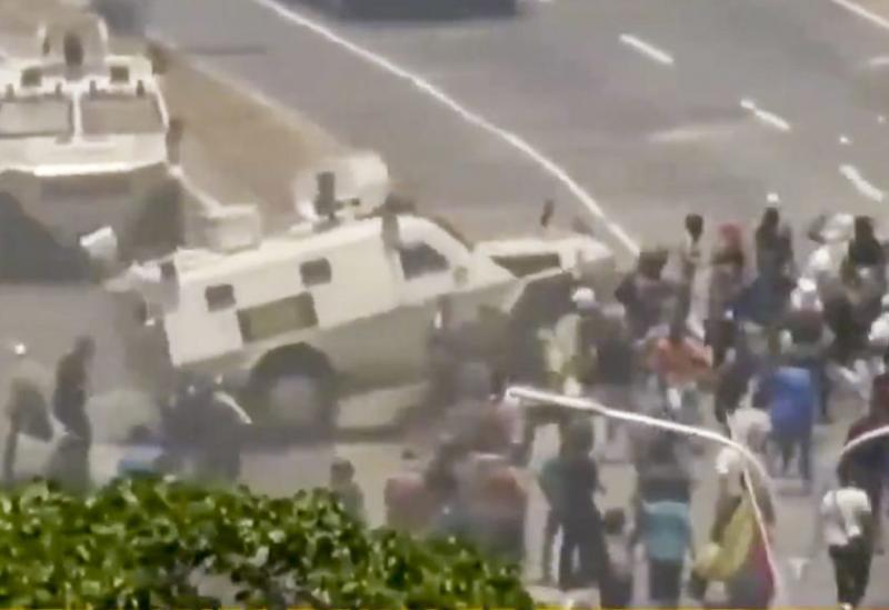 Blindados atropelam manifestantes em Caracas.