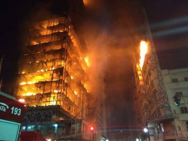 Veja o momento em que o prédio desaba durante incêndio em SP