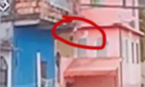 Criança cai do segundo andar de casa em Manaus