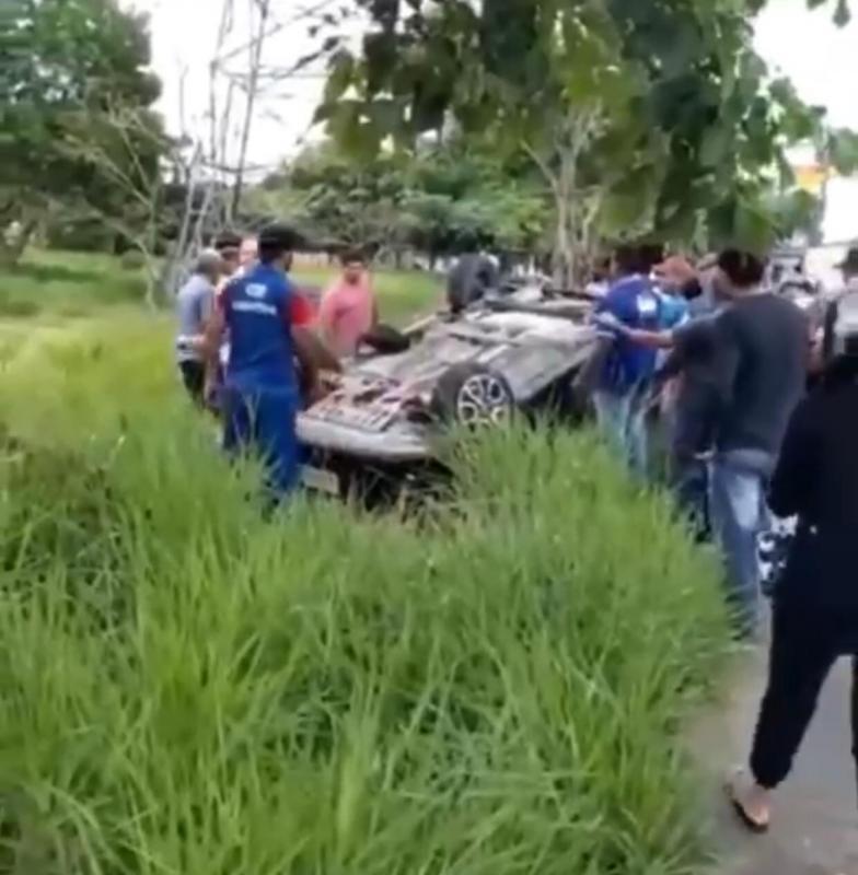 Carro capota na Avenida das Torres em Manaus
