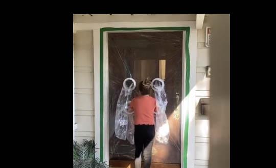 Garota de 10 anos cria 'cortina de plástico' para poder abraçar avós