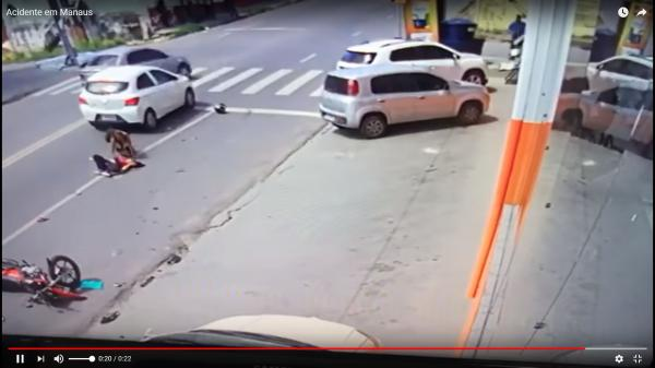 Motorista invade contramão e atropela moto com três pessoas em Manaus.