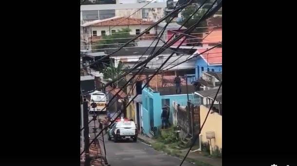 Bebê é resgatada após ser abandonada no telhado de uma residência