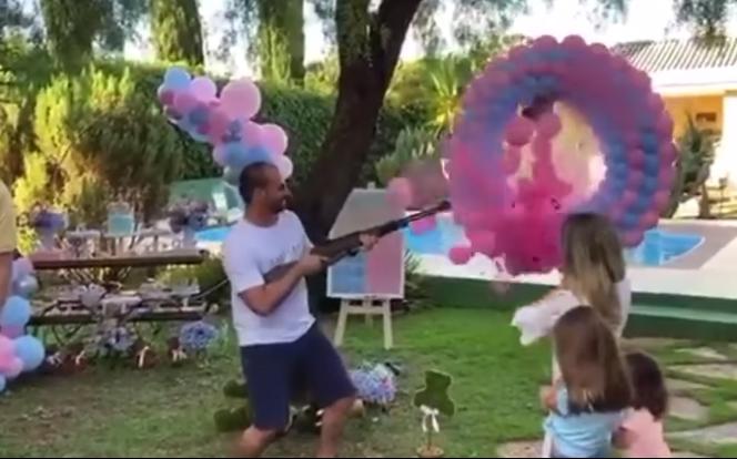 Eduardo Bolsonaro usa arma para revelar sexo do primeiro filho.